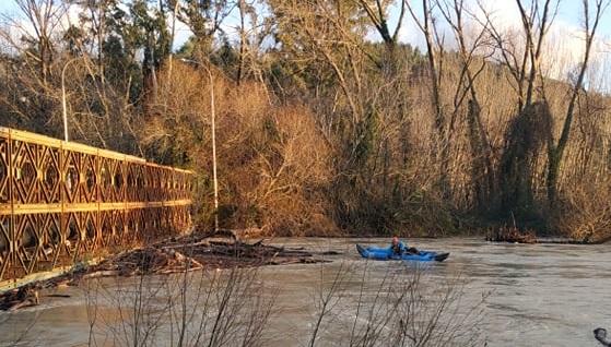 Με μηχανήματα και κανό προσπαθούν να απομακρύνουν κορμούς από την παλιά γέφυρα του Καλαμά