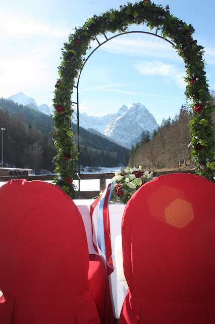 Wintertrauung am See, Winterhochzeit in den Bergen am Riessersee Hotel Garmisch-Partenkirchen in Bayern, Kupfer, Dunkelrot, Hellblau, Grau, Winter wedding abroad Bavaria in copper, ruby red, light blue