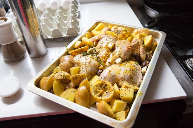 maustettu kana ja perunat ladotaan uunipellille
