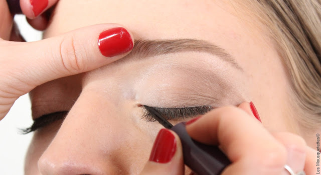 Restructuration sourcils par Laura, experte de L'Atelier Maquillage Paris - Blog beauté Les Mousquetettes©