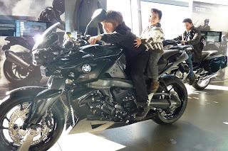Izan y Joel en las motos BMW.