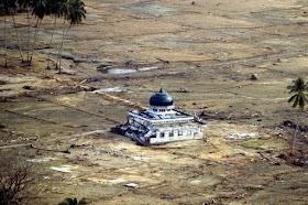 Lihat Pria Berbaju Putih Mengangkat Masjid Saat Tsunami Aceh Membuat Cheng Jadi Mualaf