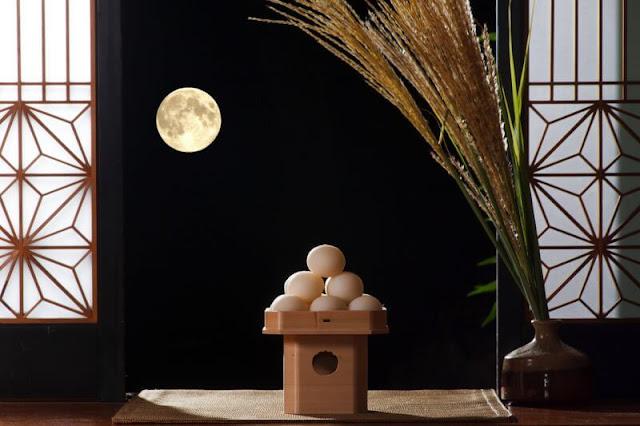 Khác với các loại bánh khác vốn thường có màu sắc và hình dáng đa dạng, cầu kì, tsukimi chỉ có hình tròn màu trắng ngần, nhưng cũng phải thôi, vì chiếc bánh này đại diện cho mặt trăng mà. Tsukimi thường xuất hiện trong các mâm cúng trung thu truyền thống của người Nhật, được xếp thành hình kim tự tháp nhỏ, gồm 9 viên dưới dùng, 4 viên ở giữa và 2 viên ở trên.