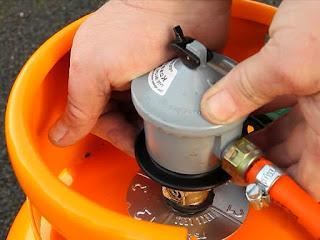 memasang-regulator-kompor-gas.jpeg