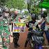 Cegah Penyebaran Covid-19, Babinsa Koramil 1207-04/Pontianak Timur Bagikan Masker Kepada Masyarakat Di Jalan Tanjung Raya 2