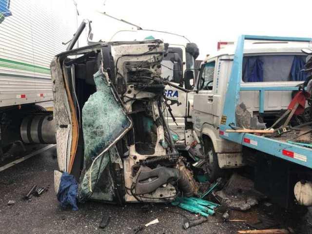 Engavetamento  de vários veículos provoca congestionamento na Régis Bittencourt em Cajati