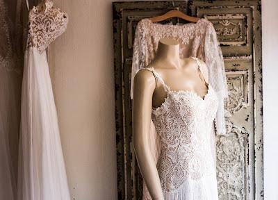 Vestidos de novia colgados y en un maniquí