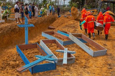 Famílias abrem caixões lacrados à beira das covas coletivas para ter certeza de que estão enterrando seus parentes em Manaus