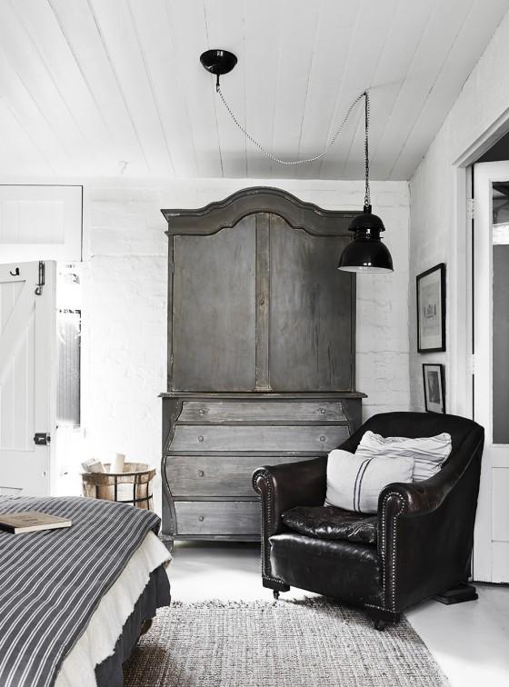 armario vintage butaca cama estilo nordico butaca piel polipiel negra, lino, estilo nordico, decoracion nordica, estilo escandinavo, interiorismo, ladrillo visto, pared blanca