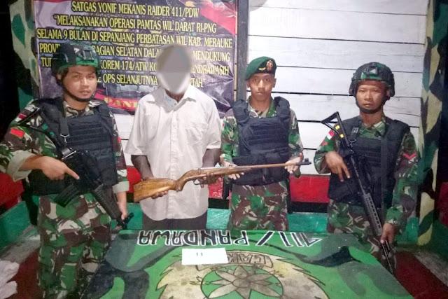 Mantan Simpatisan OPM Serahkan Senjata Kepada Satgas Yonif 411 Kostrad
