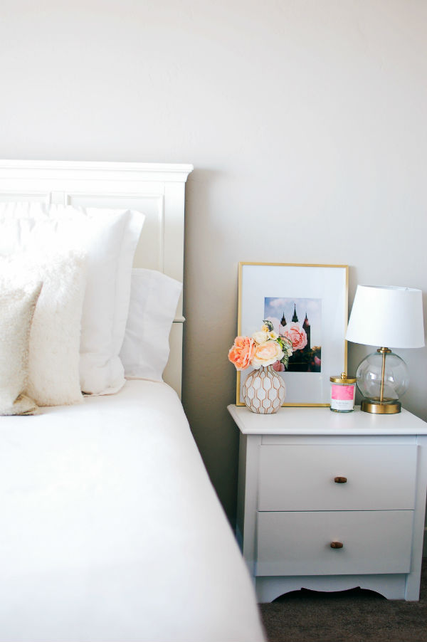 Modern bedroom decor ideas for a white and gold nightstand