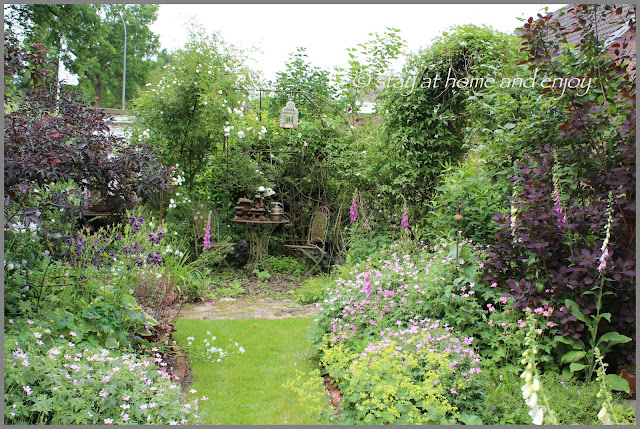 der vordere Garten im Juni - stay at home and enjoy
