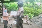 Polisi Peduli, Bhabinkamtibmas Polsek Curio Polres Enrekang Beri Bantuan pada Warga