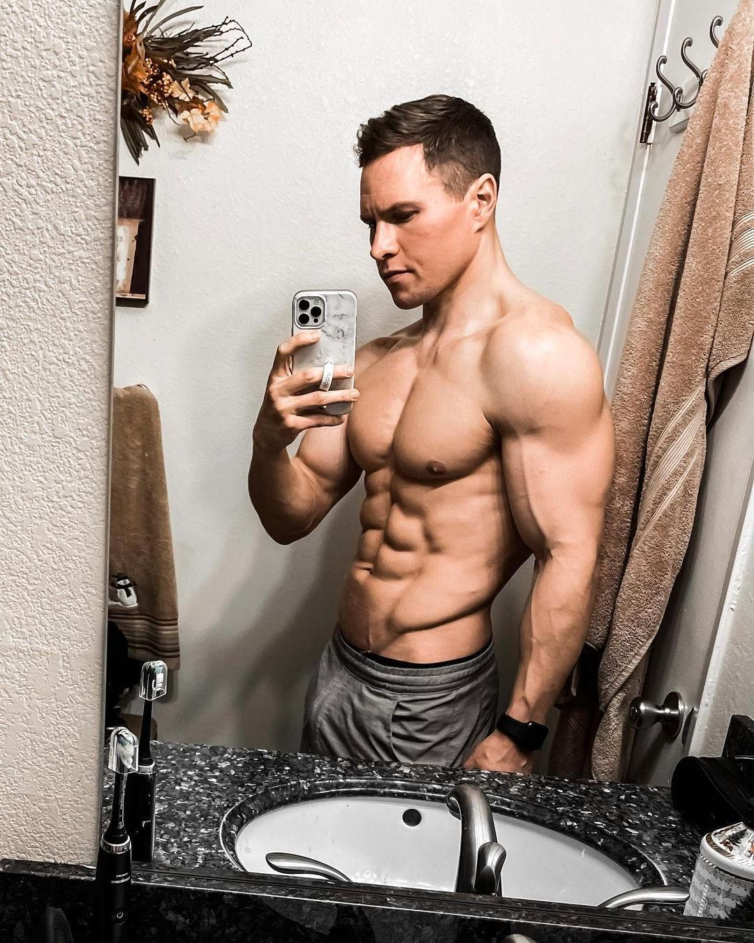 handsome-shirtless-fit-straight-daddy-strong-body-ripped-sixpack-abs-selfie