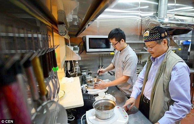 Proses memasak mie termahal di dunia (dailymail.co.uk)