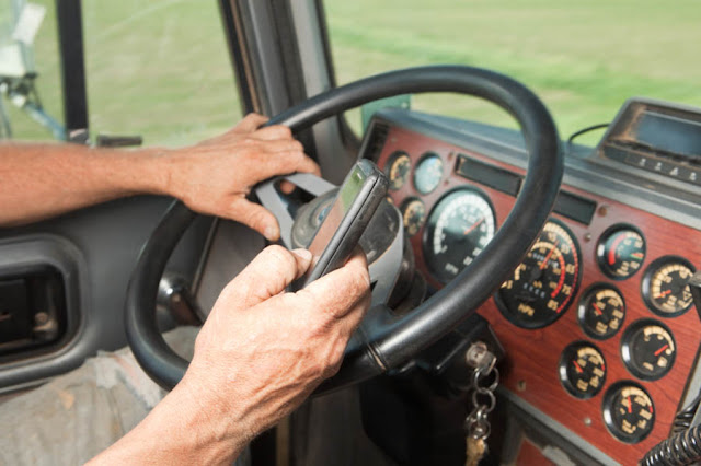 The main signals of truckers that every driver needs to know