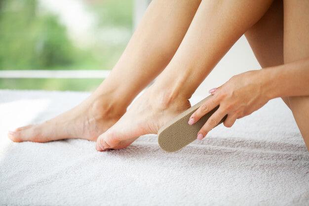 berikut-ini-cara-menggunakan-batu-apung-untuk-kaki-mulus