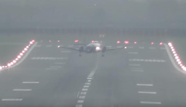 Απίστευτες ριπές ανέμων κάνουν αεροπλάνα να μοιάζουν με «φτερά στον άνεμο» (βίντεο)
