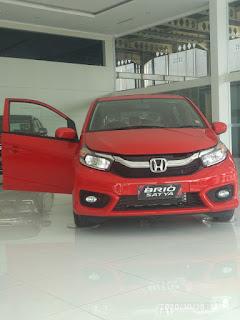 Honda Brio Satya 1.2 cc warna rally red di dealer resmi mobil Honda, ada promo potongan harga