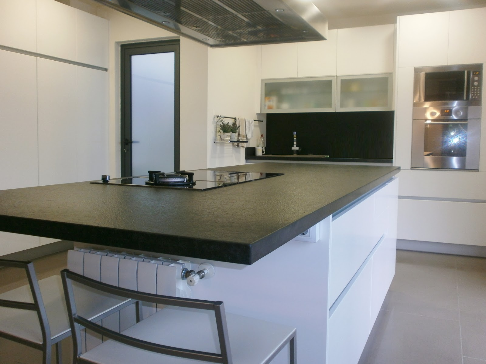 Granito negro y cocina blanca sobria y siempre actual for Colores de granito para encimeras de cocina