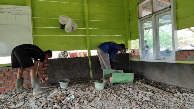 Satgas TMMD dan Warga Plaster Diding Masjid Al Muhajirin