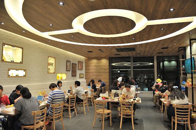 進到Pokémon Café 寶可夢咖啡廳後,可以發現,連天花板都是超大的寶可夢精靈球的造型。
