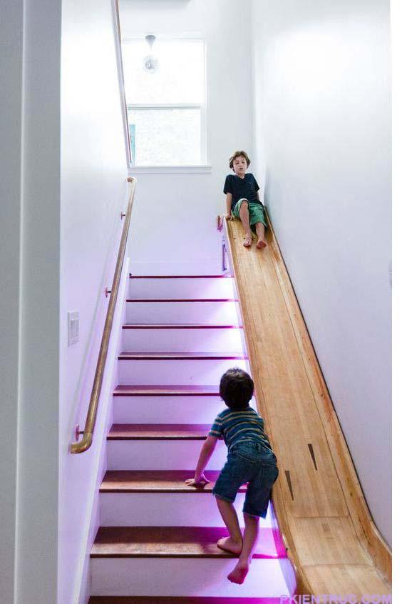 Cầu thang thành một chỗ vui đùa lý tưởng cho trẻ em