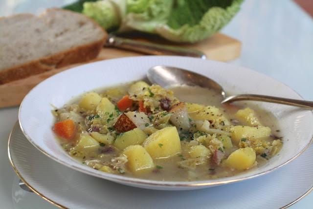 Gemüsesuppe mit Kartoffeln, Wirsing und Birnen