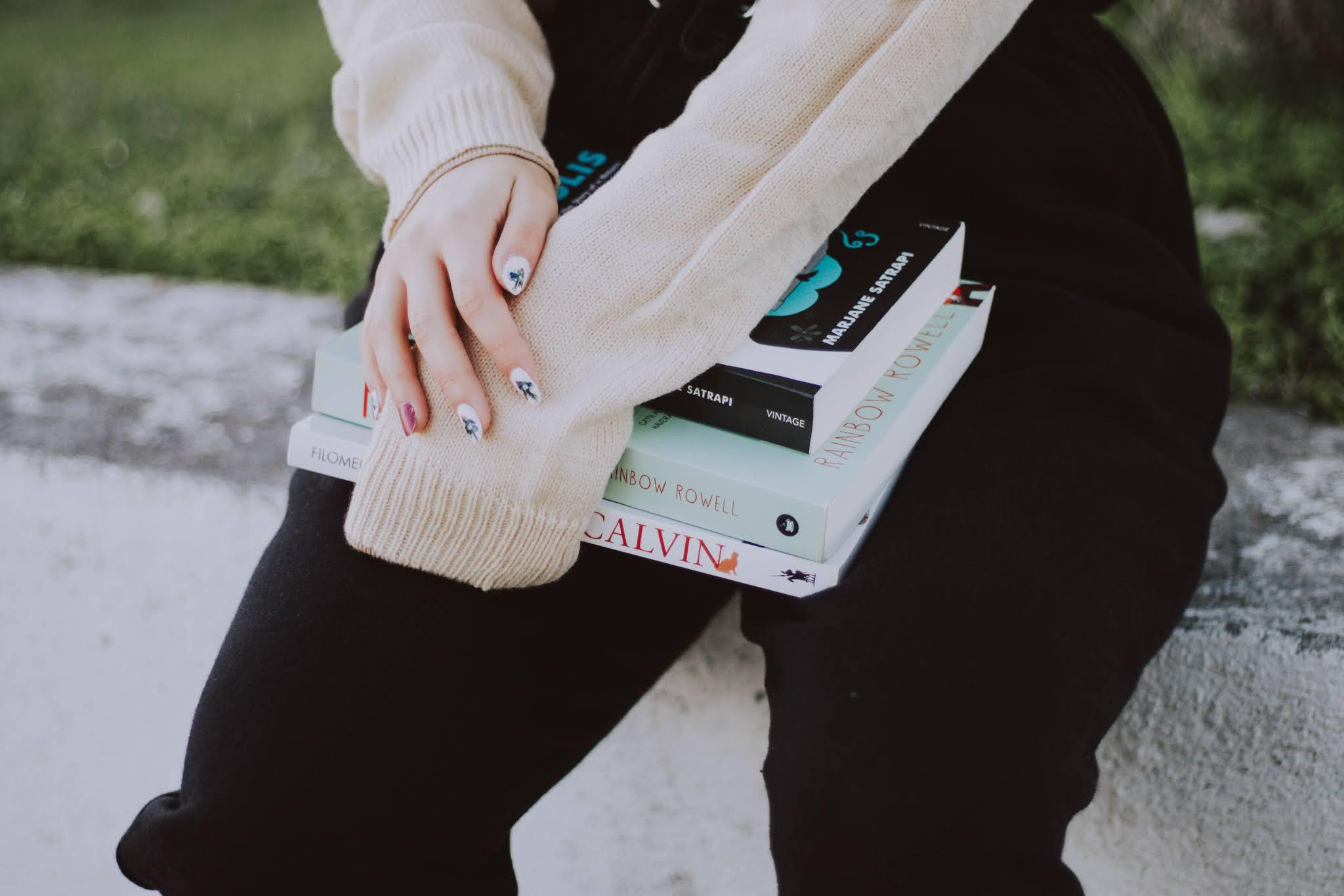 Comprar livros novos é ótimo, mas comprar livros em 2ª mão ainda é melhor - imaginem, livros quase novos a um preço muito mais acessível que o preço em loja. Parece-vos bem? A mim sim! Compro livros novos sim, mas recorro muito a plataformas de venda em segunda mão (para vender também). Por isso, reuni as três plataformas que uso num só post, para quem estiver curioso. E claro, partilho os meus comfy outfits.