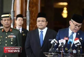 Ahmad Fadil Shamsuddin (kanan) menjawab pertanyaan wartawan pada konferensi pers di Istana Kerajaan