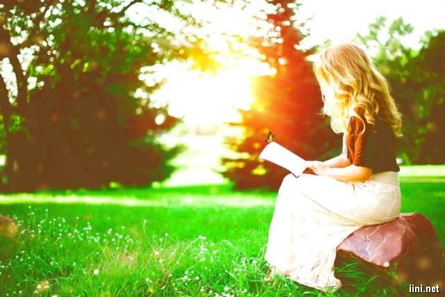 ảnh người phụ nữ ngồi đọc sách, làm thơ