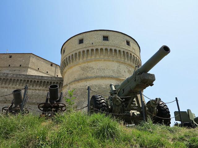 Rocca di San Leo Rimini con cannoniere - Travel blog Viaggynfo