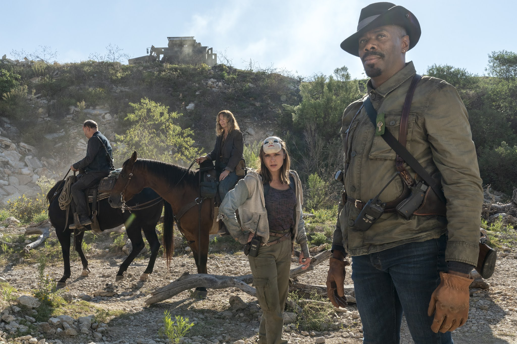 Victor, Sherry, June y Daniel esperana a la puerta de la presa en Fear The Walking Dead