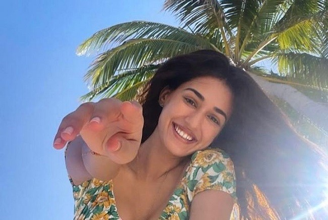 Pic Talk of the day: Dazzling Disha Patani Sizzles In Beachwear?