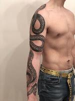 тату змей на руке