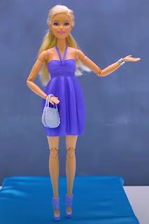 Aus Luftballons angefertigte Kleidung für Barbiepuppen.
