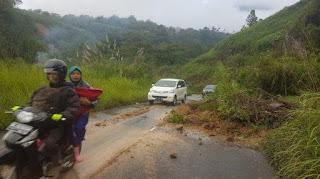 Jalan Eks KKA Tertimbun Longsor, Kendaraan Masih Bisa Melintas