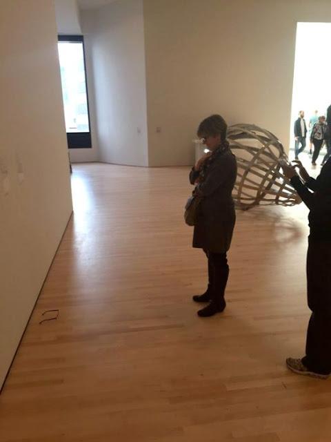 Bromistas colocan lentes en Museo y gente cree que es arte