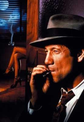 Fred Ward fumandose un cigarrillo...y tan tranquilo