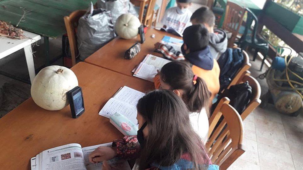 ΝΔ: Στημένη η φωτογραφία με τους μαθητές στο καφενείο