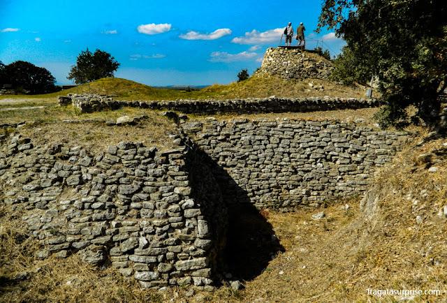 Restos de muralhas no Sítio Arqueológico de Troia, Turquia