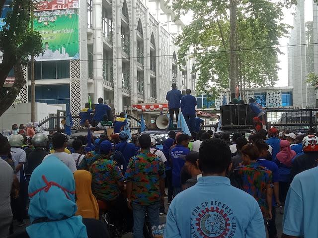 Unjuk Rasa Tolak UU Omnibus Law di DPRD Sumut, Buruh Sempat Kecewa