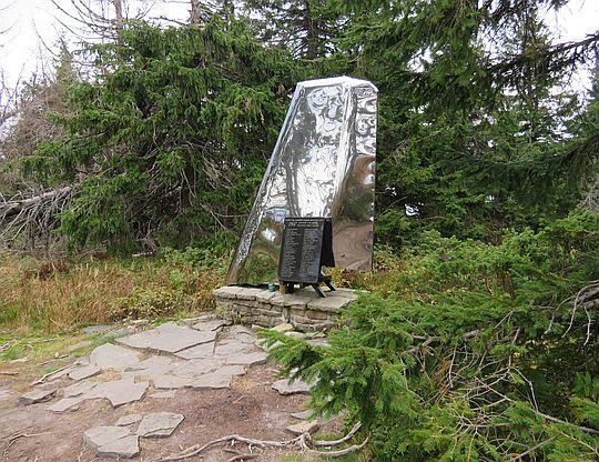 Pomnik poświęcony ofiarom katastrofy postawiony w 2009 roku.