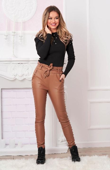 Pantaloni din piele ecologica cu croi mulat cu tinte metalice cu talie inalta