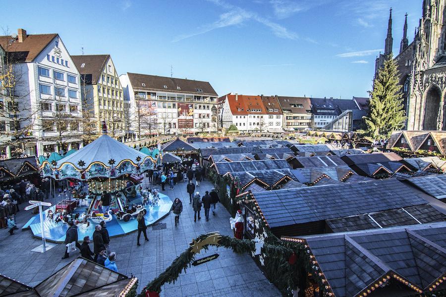 Mercado de navidad en la Marktplatz de Ulm, Alemania