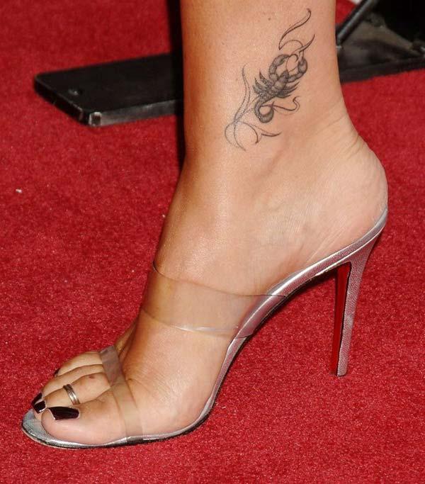ayak bileği akrep dövmesi