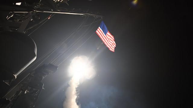 Estados Unidos lanzó misiles contra una base aérea en Siria