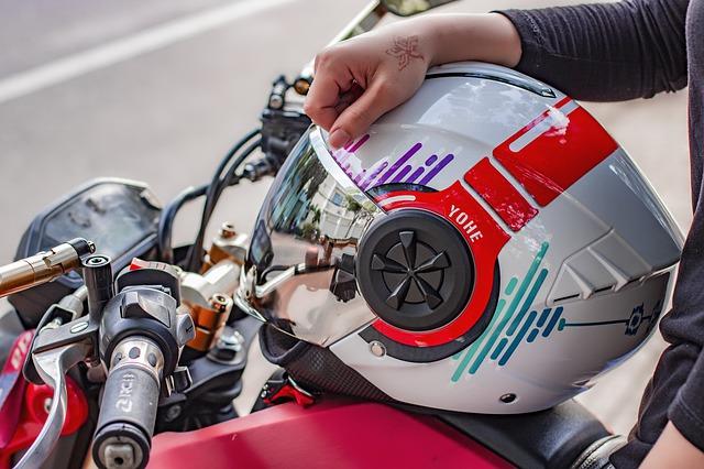 Tips Membersihkan Kaca Helm