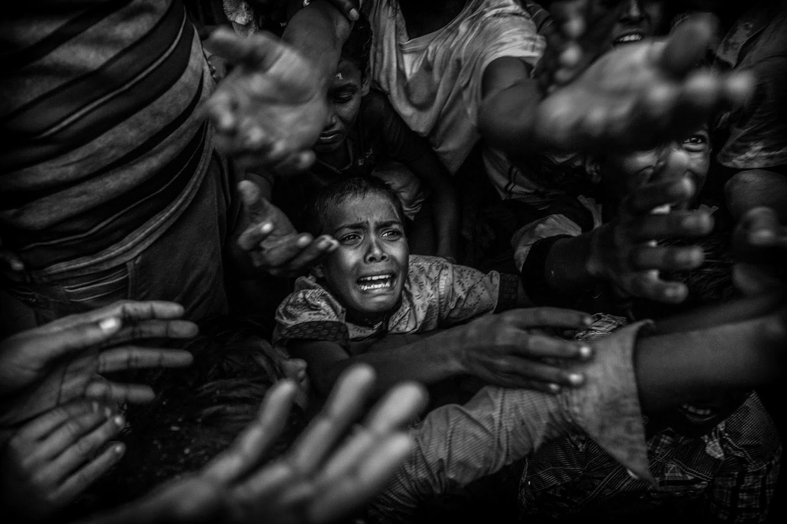 25 Of The Most Intriguing Pictures Of 2017 - Rohingya refugees flee to Bangladesh