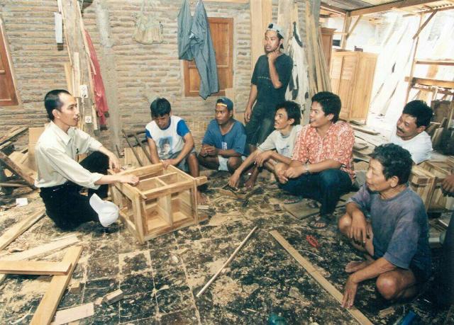 Jokowi bercengkrama bersama para tukang mebel